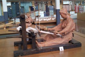 機織りをする女性