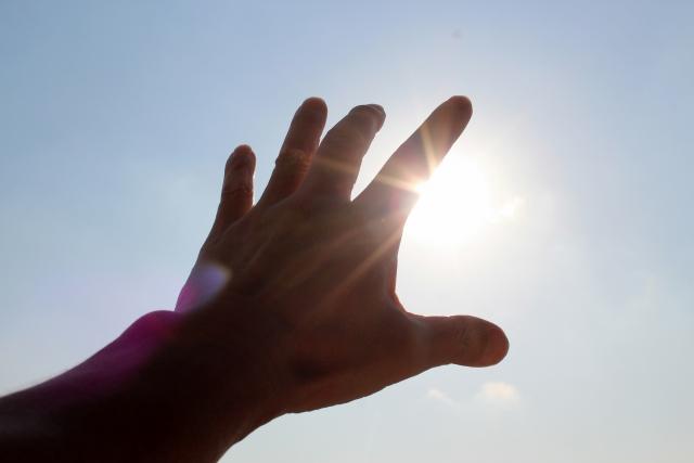 太陽に手を伸ばす